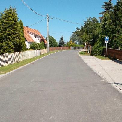 Neugestaltete Fahrbahn mit parallel verlaufenden Stellflächen